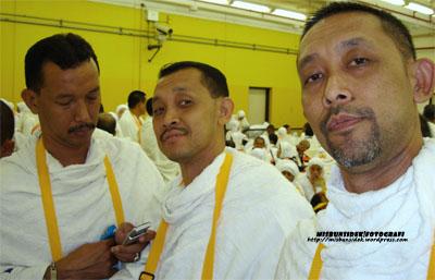 Dari kiri Jalani sedang membelek mesej di telefon bimbit bersebelahan Rahman dan Datuk Misbun.