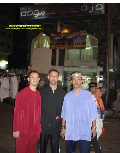 Datuk Misbun diapit Rahman (kiri) dan Jalani (kanan) di depan hotel penginapan mereka.