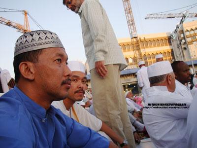Jalani dan Rashid duduk sambil berwirid sebelum mengerjakan ibadat haji yang lain.