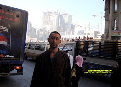 Datuk Misbun mengambil kesempatan berjalan-jalan di sekitar kawasan Mekah.