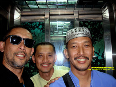 Senyuman daripada Datuk Misbun, Rahman (tengah) dan Jalani semasa berada didalam sebuah lif.