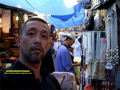 Datuk Misbun disalah sebuah kawasan perniagaan utama di Mekah.