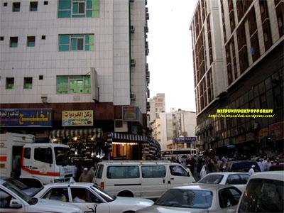 Kelihatan  deretan bangunan yang menjadi tumpuan ramai pengunjung yang mengerjakan haji di Mekah.