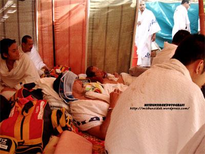 Jalani tidur sambil diliputi kain kecil atas kepala kerana mengidapi demam yang agak teruk sewaktu berada muasasah di Padang Arafah.