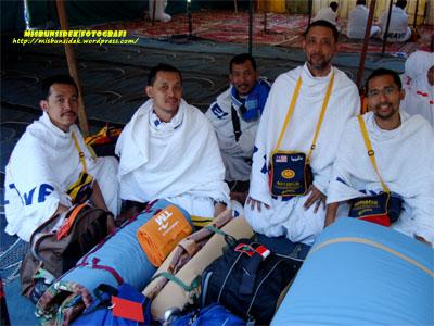 Seorang delegasi haji sempat meluangkan masa bersama Rashid, Rahman, Jalani dan Datuk Misbun.