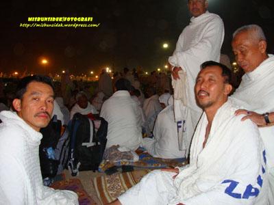Jalani yang mengalami gangguan kesihatan sempat diurut Haji Munjir, seorang kenalan dari Sabak Bernam sambil diperhati Rashid dan Amir (berdiri) ketika menjelang lontaran jamrah pertama.