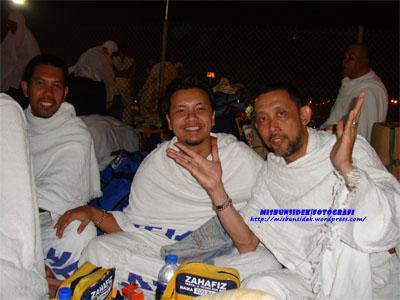 Dari kiri, Roslin, Shadan dan Datuk Misbun nyata ceria ketika berehat sebelum mengerjakan ibadat melontar jamrah pertama.