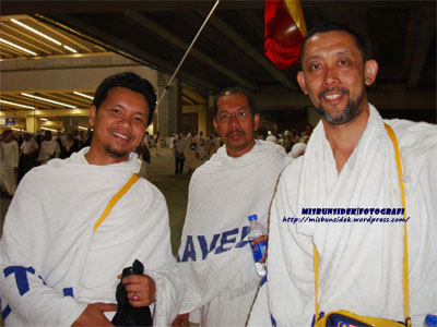 Shadan, Amir dan Datuk Misbun dalam perjalanan menuju mengerjakan salah satu ibadat melontar batu di tiga jamrah.