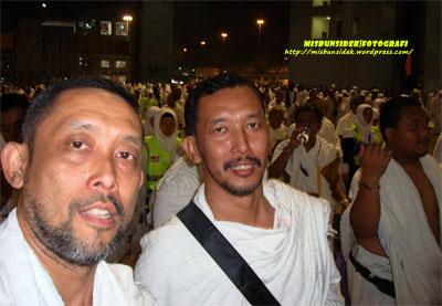 Datuk Misbun dan Jalani berjalan menuju ke arah tempat melontar batu di Jamrah.