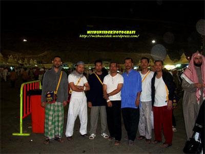 KENANGAN ABADI…Datuk Misbun bersama Shadan, Roslin, Amir, Jalani, Rashid an Rahman berada di Bukit Mina.