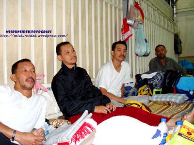 Dari kiri Jalani, Rahman, Rashid dan Datuk Misbun ketika berehat.
