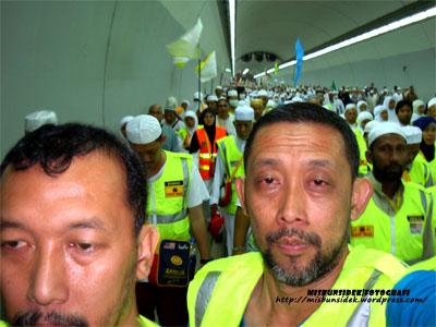 Jalani dan Datuk Misbun sedang melalui terowong  menuju ke kawasan melontar batu.