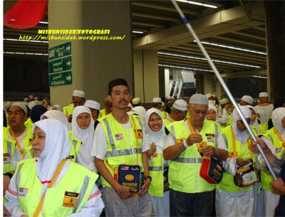 Sebahagian kecil kenalan haji sempat bergambar kenangan dengan Rashid ketika berada di kawasan terowong.