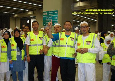 Jalani, Shadan, Rahman dan Datuk Misbun diapit kenalan haji semasa dalam perjalanan melontar ketiga-tiga Jamrah di Mina.