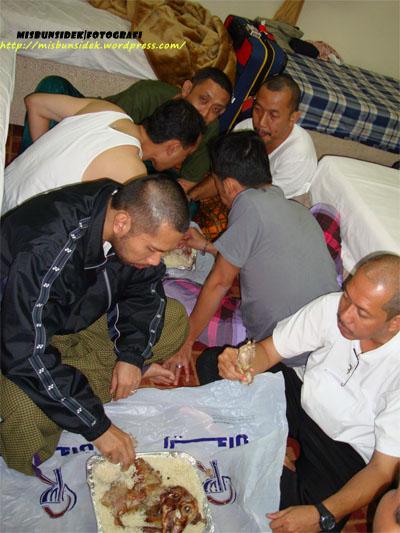 Datuk Misbun menjamu selera beramai-ramai dengan rakan delegasi Nusa Mahsuri di bilik hotel.