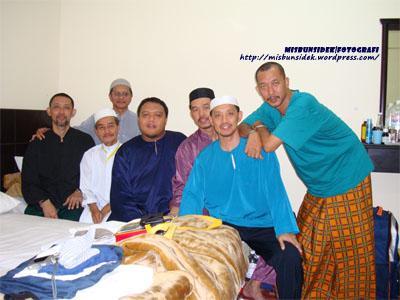 BERGAYA… Datuk Misbun, Rashid, Rahman dan Jalani bergambar bersama kenalan haji.