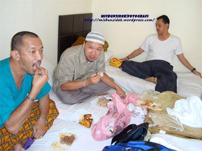 Jalani dan Shadan menjamu selera di hotel penginapan mereka sambil Rahman pula kelihatan bersiap-siap untuk berehat.