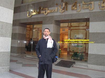 Datuk Misbun di depan hotel penginapan di Madinah.