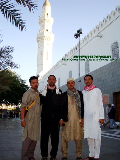 Shadan, Datuk  Misbun, Rahman dan Rashid segak bergambar membelakangkan masjid Quba'.