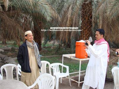 Rahman dan Rashid berada di sebuah ladang penanaman buah kurma di Madinah.