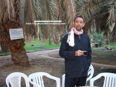 Datuk Misbun melepaskan dahaga ketika melawati sebuah ladang penanaman kurma di Madinah.