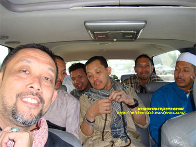 Datuk Misbun bersama delegasi Nusa Mahsuri dalam sebuah kenderaan.