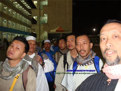 SIAP SEDIA…. Datuk Misbun dan delegasi Nusa Mahsuri sudah bersedia dengan kelengkapan masing-masing untuk menaiki bas untuk ke Lapangan Terbang Jeddah.