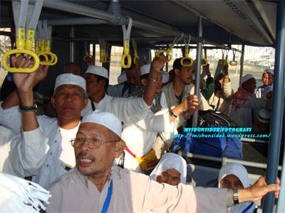 Kelihatan Rashid, Rahman dan Jalani berdiri dalam sebuah bas transit untuk menuju ke Lapangan Terbang Jeddah.